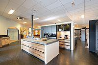 Prachtige moderne, cobaltgrijze keuken met eiland