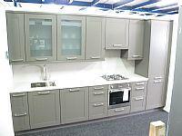 Rechte keuken met een massief houten kader