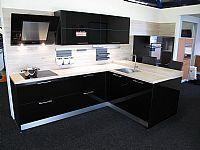 Zwarte hoogglans keuken met bar