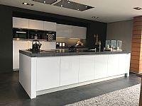 Witte hoogglans demo keuken