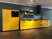 C. Strakke gele Schüller keuken.