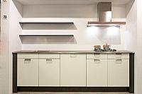 Witte softglans keuken met wandschappen Y73