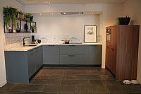 Moderne keuken met losse kastenwand