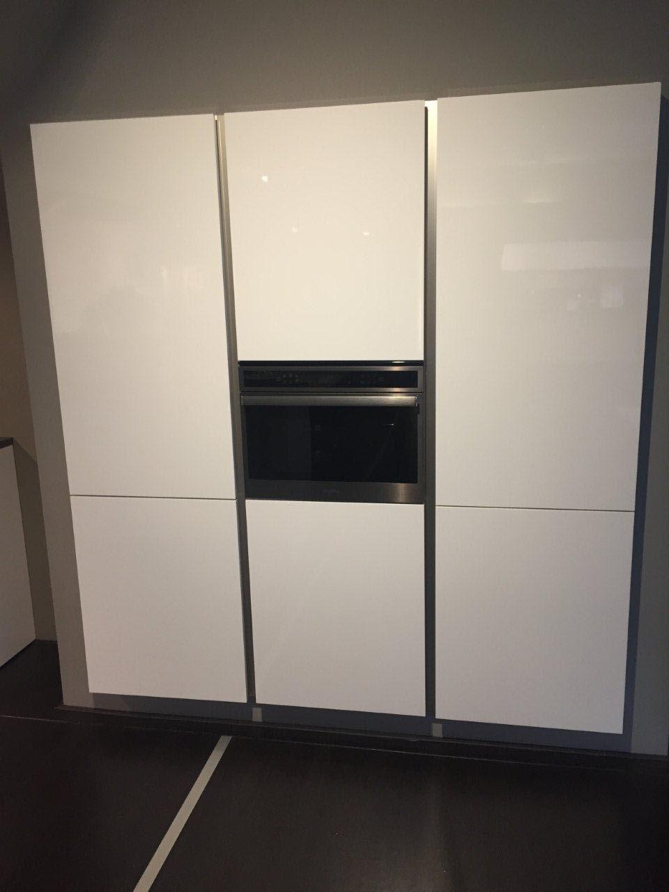 Hoogglans witte greeploze design keuken