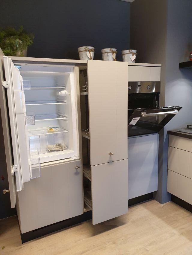 Rechte keuken met kastenwand