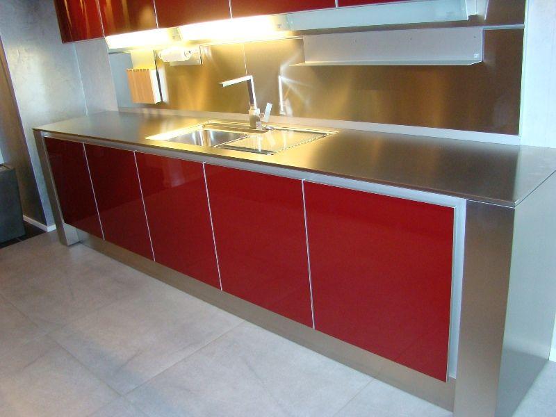 Showroomkeukens alle showroomkeuken aanbiedingen uit nederland keukens voor zeer lage keuken - Rode keuken met centraal eiland ...