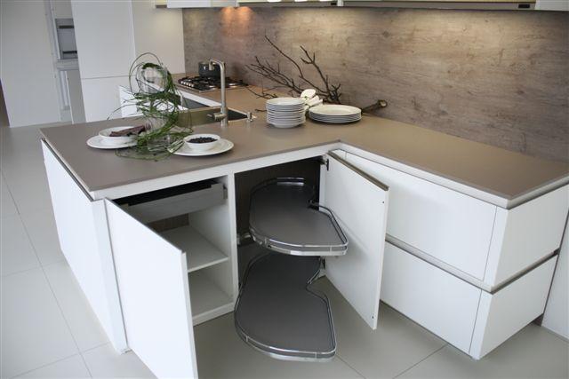 Greeploze Witte Keuken : Moderne greeploze witte keuken met veel laden en een enkele