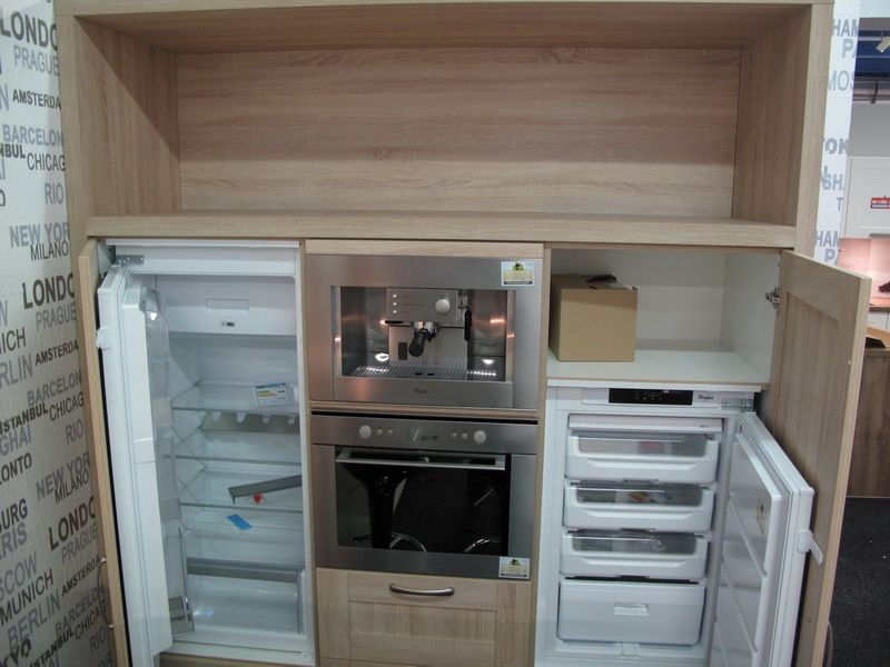 Magnoliakleurige keuken met bar.