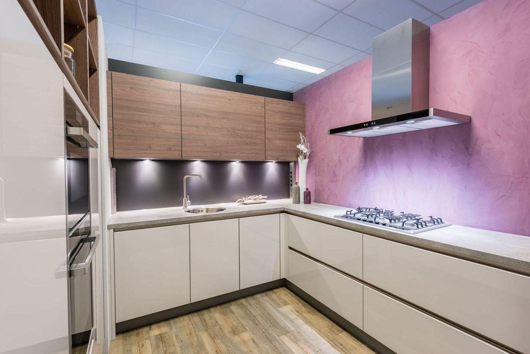 Moderne, greeploze showroomkeuken van Sachsen