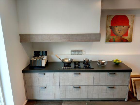 Hout fineer grijze keuken met keramisch werkblad