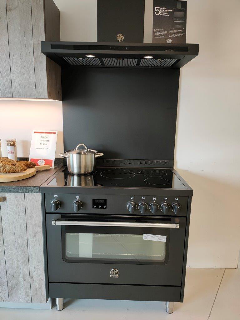 Houtlook keuken met stenen werkblad